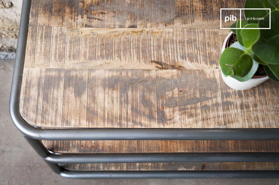 Um Flecken zu vermeiden wurde das Holz mit einem Klarlackschutz überzogen