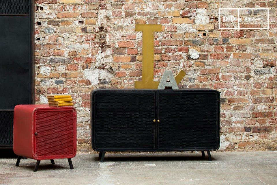 Bewundern Sie den gekonnten Stilmix : einerseits den 50er Jahre Stil mit seinen abgerundeten Ecken, dem kleinen runden Messinggriff und der feinen Beinstruktur