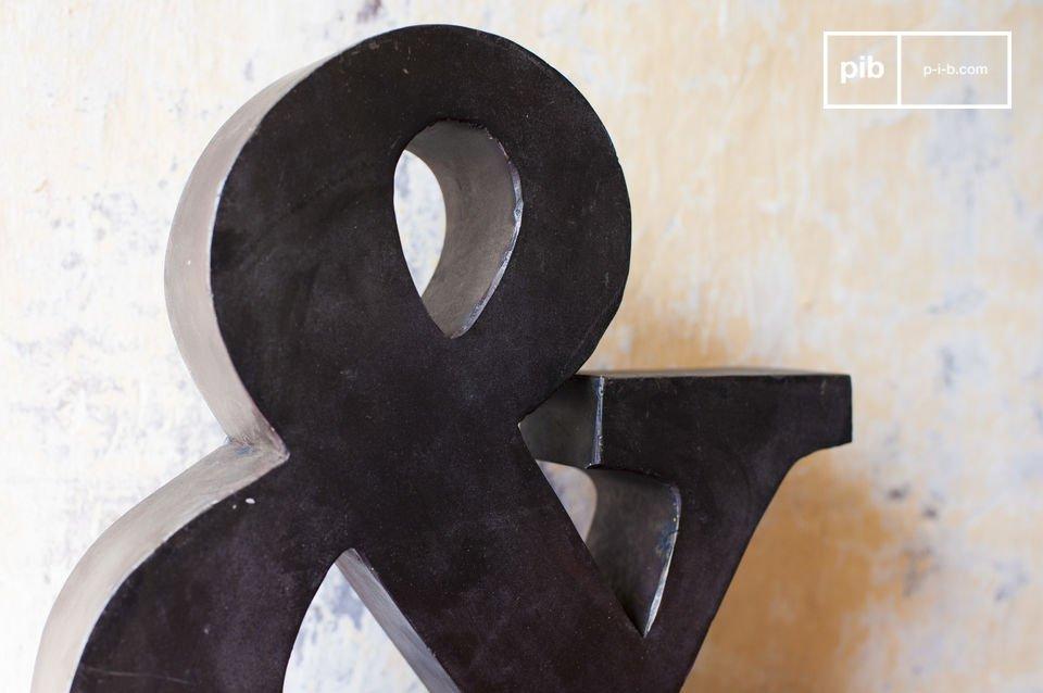 Kleines Zeichen aus Metall für eine Dekoration im Fabriksstil