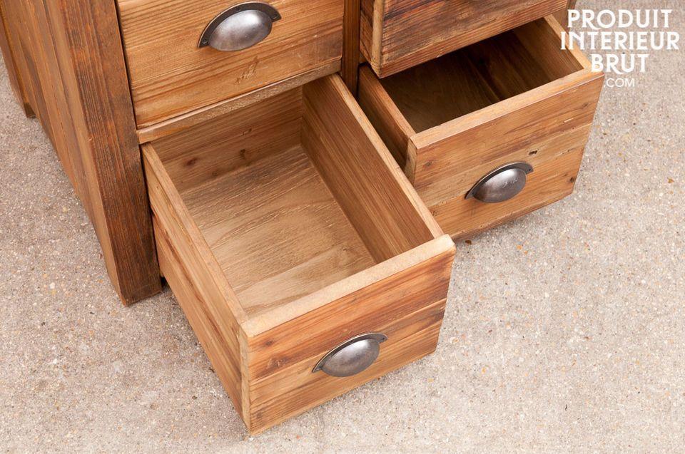 Ganz aus altem polierten Holz scheint diese Kommode direkt aus einer Werkstatt zu kommen