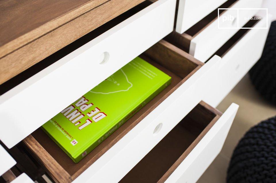 Die Schubladen wurden bei der Herstellung leicht schräg angefertigt und verleihen so der Kommode