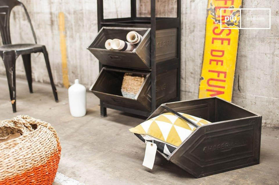 Großes Möbel im industriellen Stil mit drei Schubladen