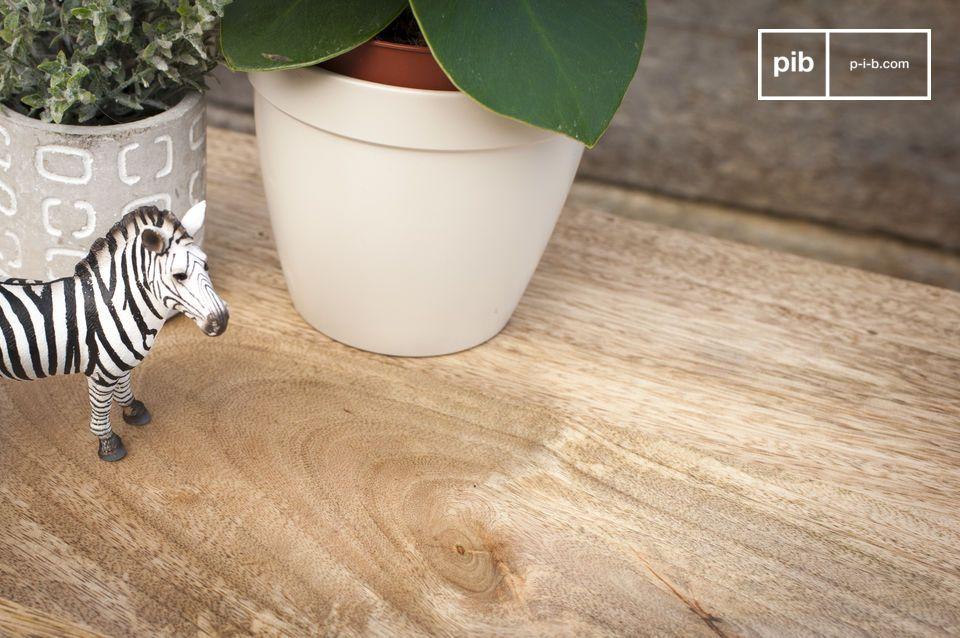 Das helle Holz weist natürliche Muster auf