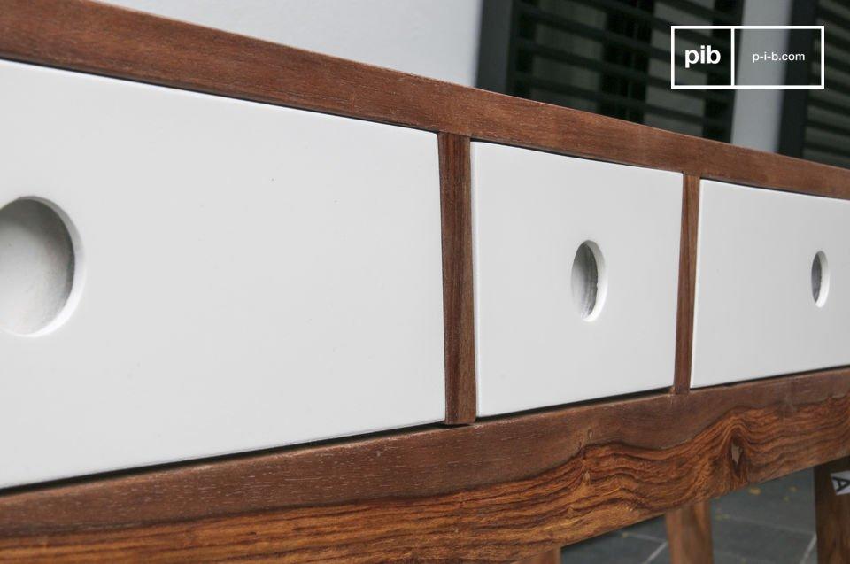 Das Muster des Holzes gibt einen guten Kontrast mit den weißen Schubladen