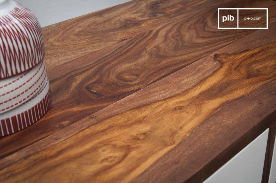 Durch seine besondere Form erinnert die Konsole an einem Möbel aus den fünfziger Jahren
