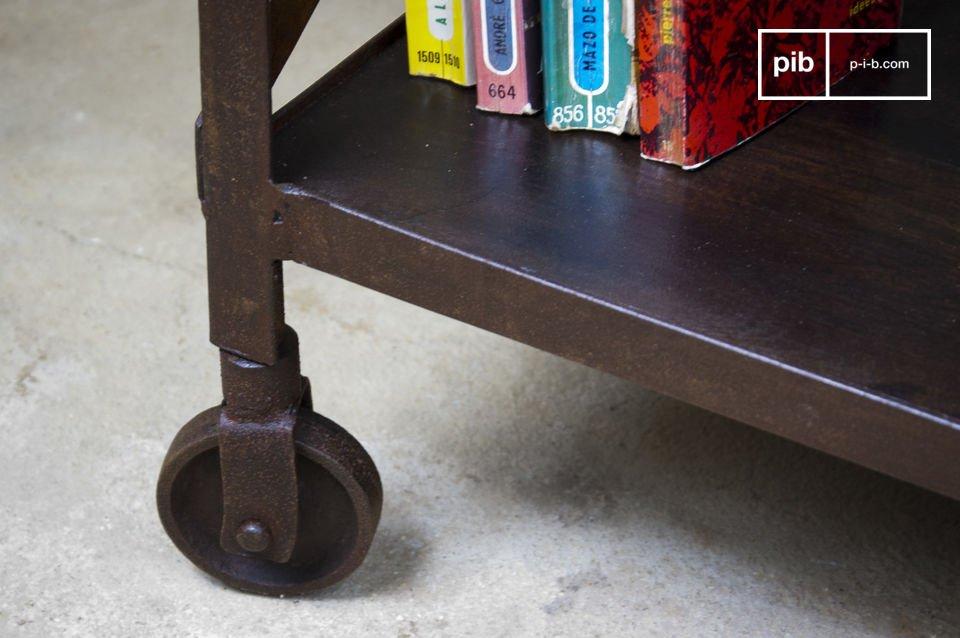 Vollständig aus Metall und Holz gefertigt, im resoluten Industriedesign