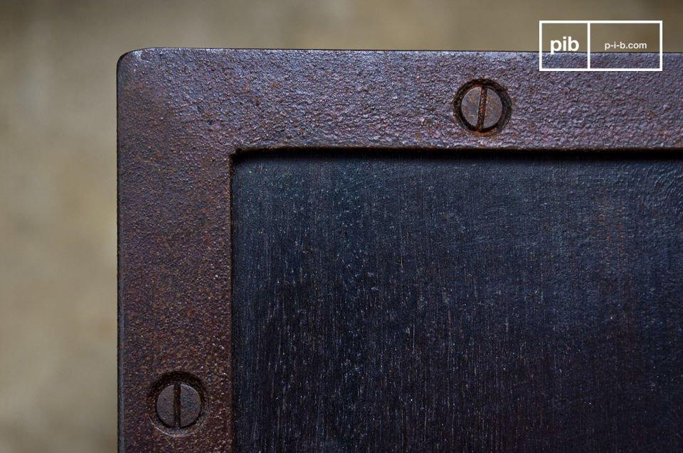 Seitlich verfügt dieses Möbel über große X-Elemente und ist daher ideal zum Aufbewahren von
