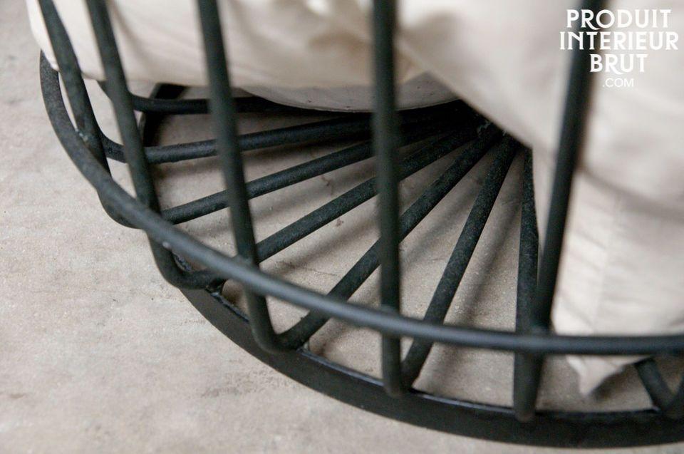 Der große Korb Black Strings passt sowohl in ein Wohnzimmer in die unmittelbare Umgebung des Kamins
