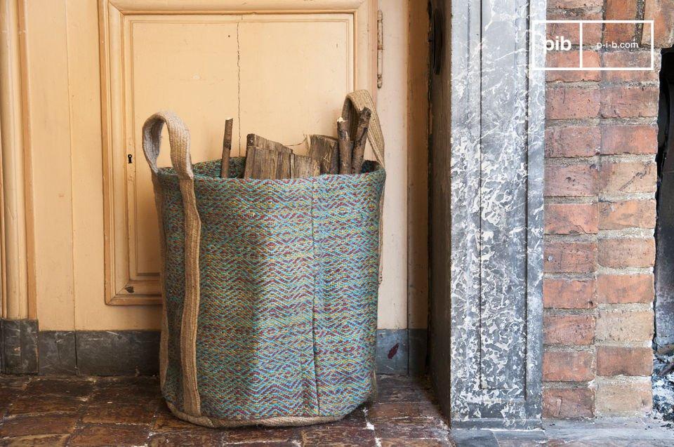 Der Korb Raviya ist ein charmantes Deko-Accessoire, das nicht nur durch seine farbenfrohe Schönheit besticht, sondern ebenfalls durch seine praktische Seite, das es Ihnen ermöglichen wird, Brennholz, Spielzeug, Wäsche und Zeitschriften zu verstauen