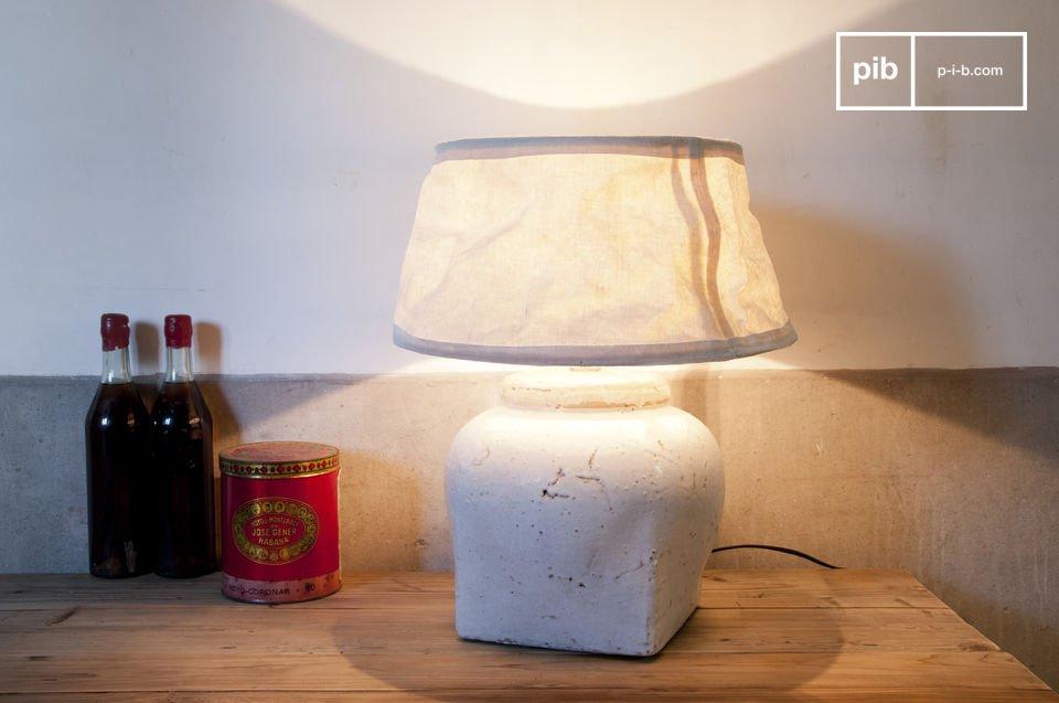 Diese Lampe in weiß emailliertem Ton besticht durch ihren ganz besonderen Charme und wird durch