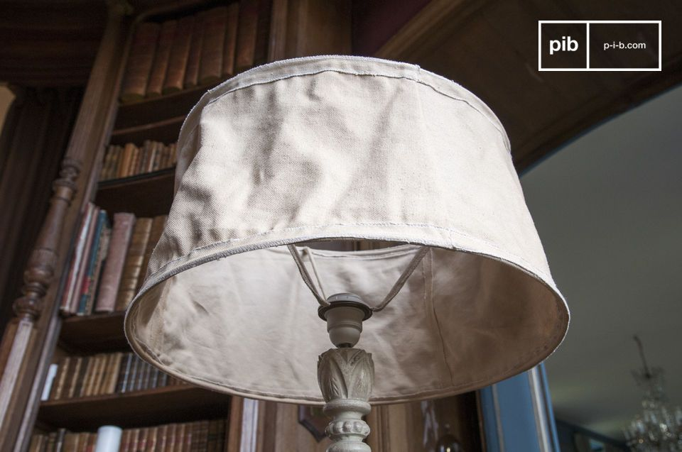 Der Lampenschirm ist meliert und leicht zerknittert , er erinnert damit an alte Segel