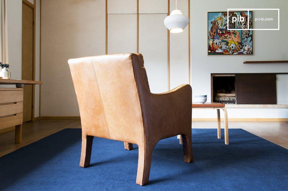 Der Sessel ist komplett mit Leder überzogen
