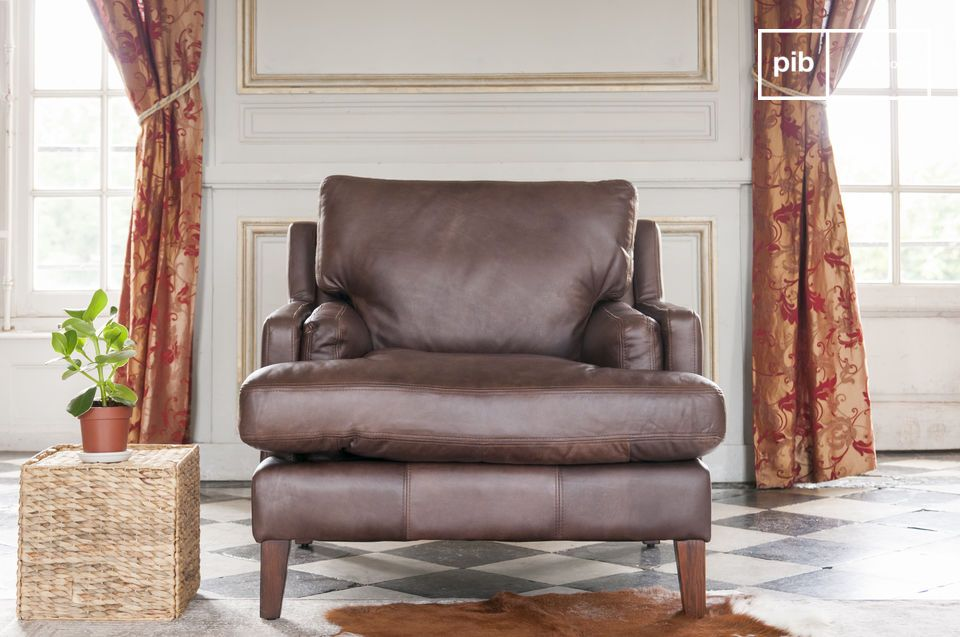 Angelehnt an die Tradition des bewährten englischen Ledersessels passt sich der Sanary Sessel einem