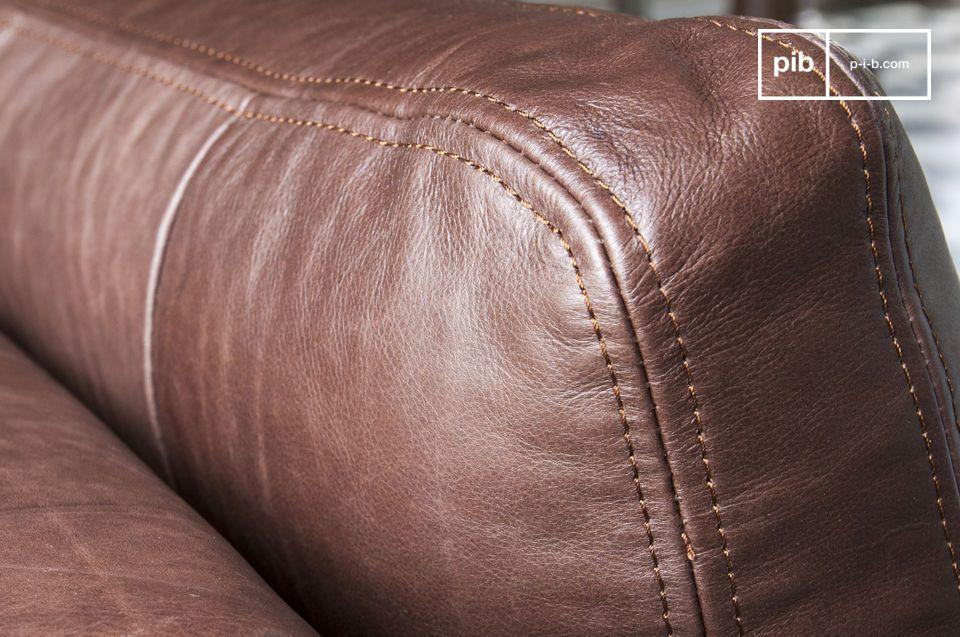 Die großzügige Polsterung und die robuste Struktur machen es zu einem Sofa mit besonderer