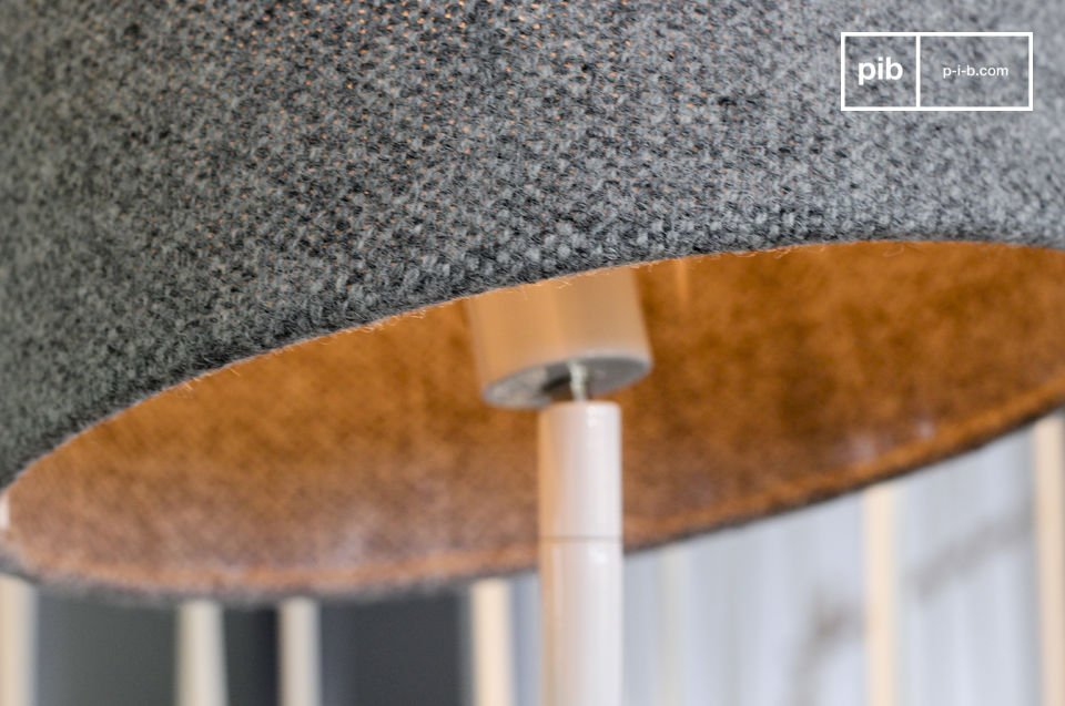 Funktionale Stehlampe im grazilen skandinavischen Design