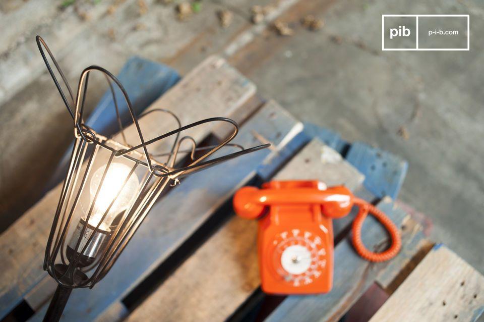Die Leuchte erinnert an die Lampen, die man in alten Werkstätten finden konnte
