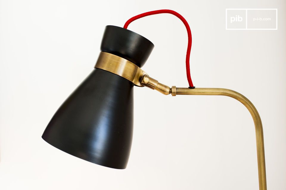 Diese Leuchte besitzt einen Lampenschirm, der aus Aluminium mit einem satin-schwarzen Finish ist und der Rest der Struktur, die ganz aus Messing besteht und der Leuchte einen goldfarbenen Schein verleiht