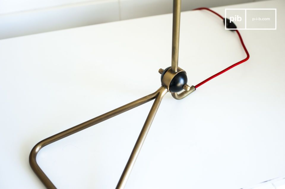 Das Netzkabel ist mit geflochtenem roten Textil umgeben und schenkt der Leuchte einen angenehmen farbfrohen Kontrast, den man ebenfalls auf der oberen Hälfte des Lampenschirms findet