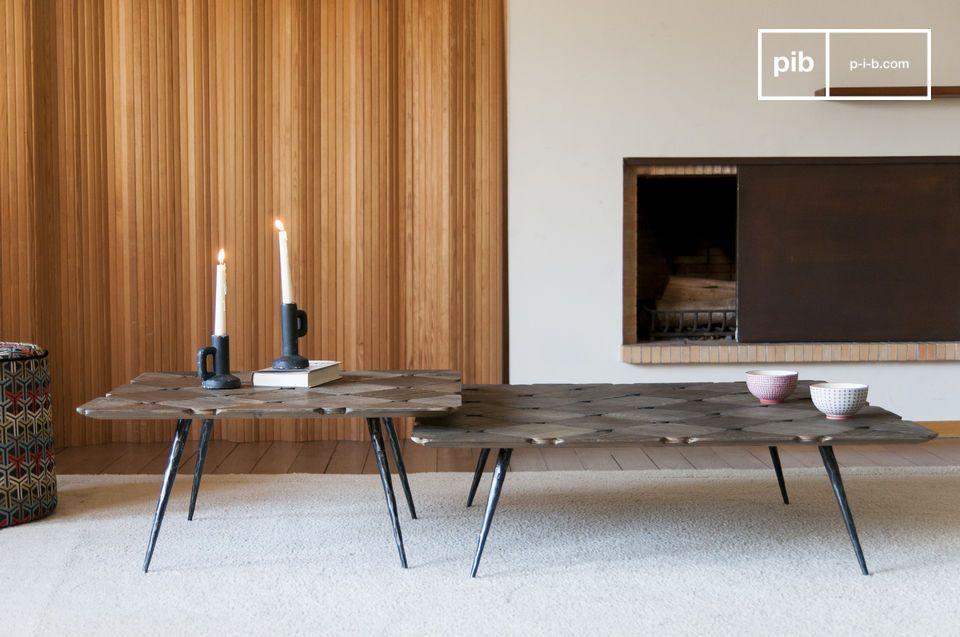 Ein eleganter Couchtisch mit karierter Platte aus hellem Massivholz.