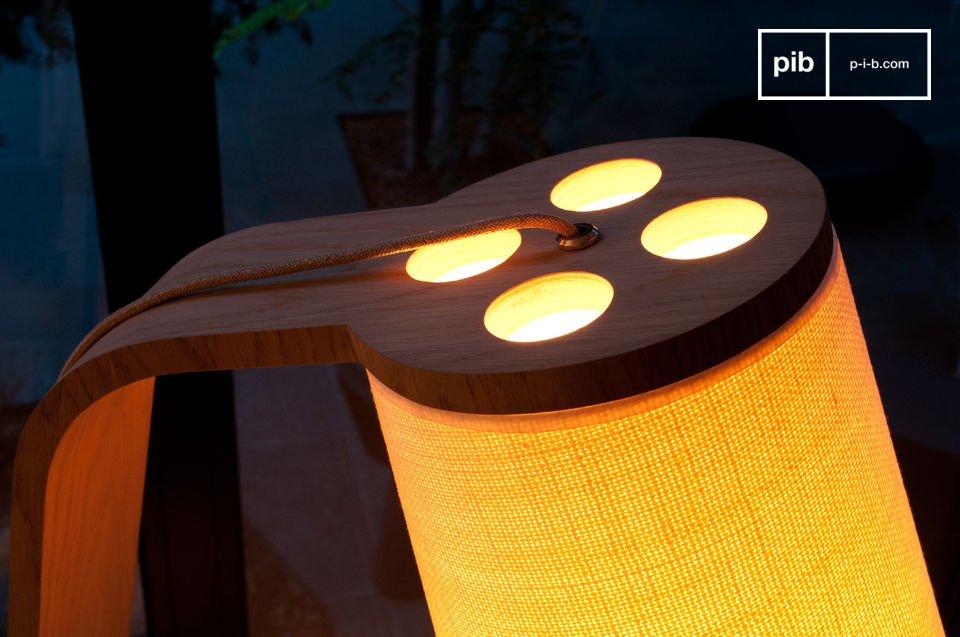 Der Lampenschirm ist leicht konisch und hat einen dicken Schirmstoff aus creme Farbe