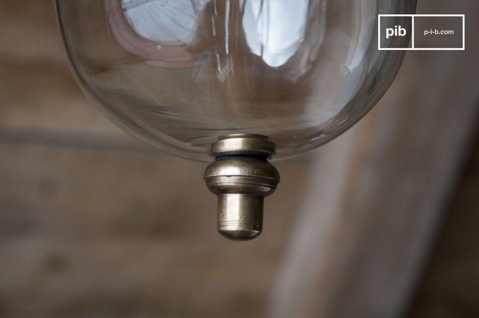 Die Messing Hängeleuchte Kapsula kombiniert Transparenz und Messing