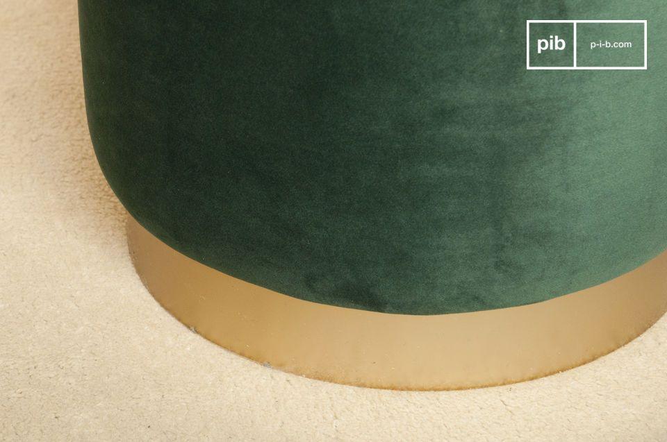 Mit seinen runden Linien verbindet dieser Pouf die Weichheit von Samt und die Eleganz eines sehr