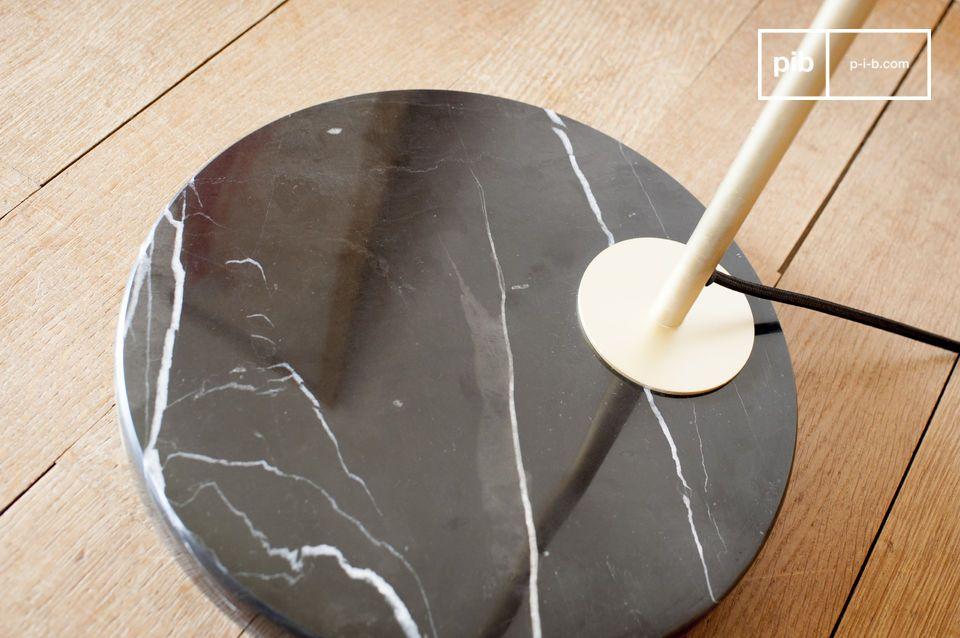 Die schwarze Messing und Marmor Leseleuchte Mogens besteht aus einem gebürsteten zylindrischen