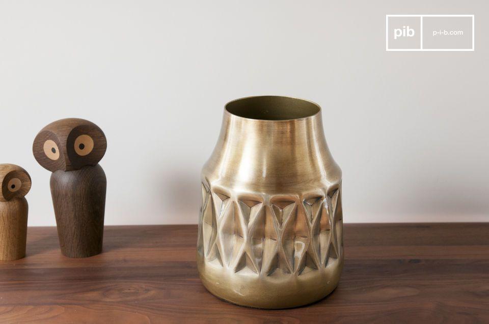 Als ein wirklich dekoratives Accessoire wird die Messingvase Layti Ihrem Dekor einen eleganten