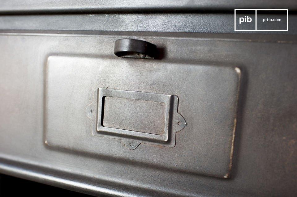 Die Metallkommode mit 5 Fächern ist ein Aufbewahrungsmöbel im typischen industriellen Retro Stil