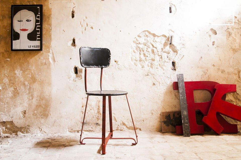 Der Metallstuhl Bastel ist ein wunderschönes Beispiel eines Metallstuhls