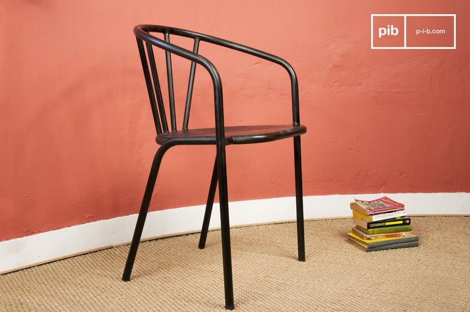Dieser besonders solide Stuhl erinnert durch seine Röhrenstruktur und der sehr dunklen, fast schwarzen Lackierung mit Patina-Optik stark an Möbel im Industriedesign