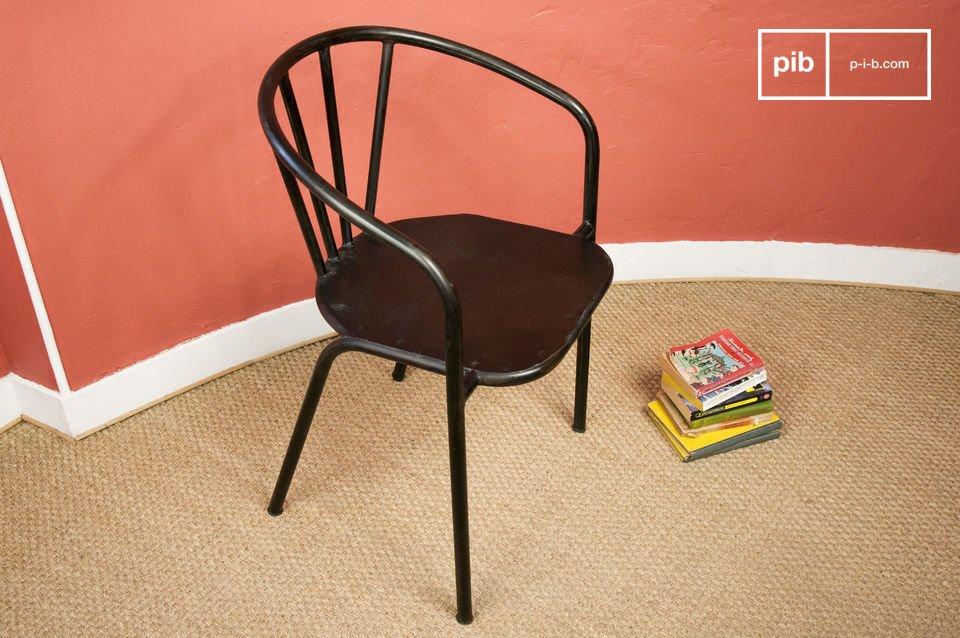 Dieser besonders solide Stuhl erinnert durch seine Röhrenstruktur und der sehr dunklen
