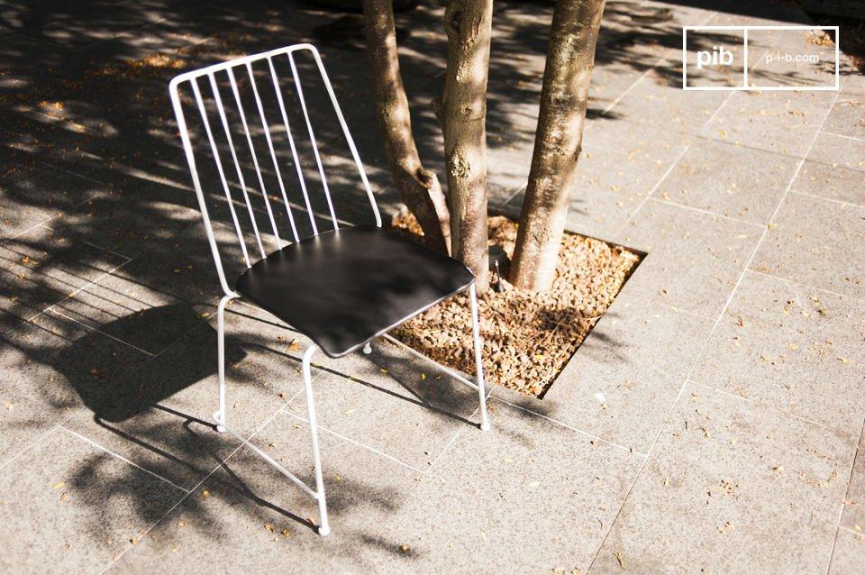 Der Metallstuhl Hossegor wird Sie mit seinen klaren Linien