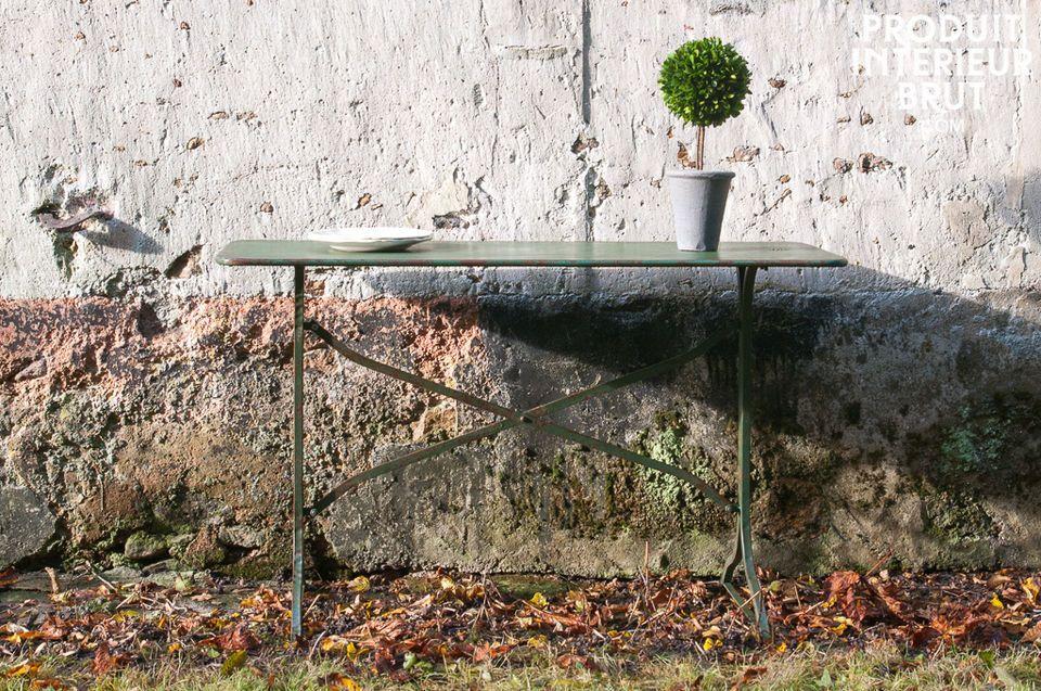 Ein solider Tisch mit Patina-Finish