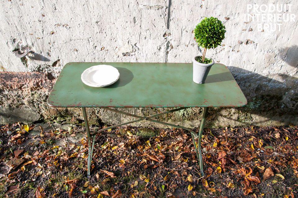 Dieser Tisch besteht vollständig aus Metall und wurde von Hand mit einer grün - rostfarbenen