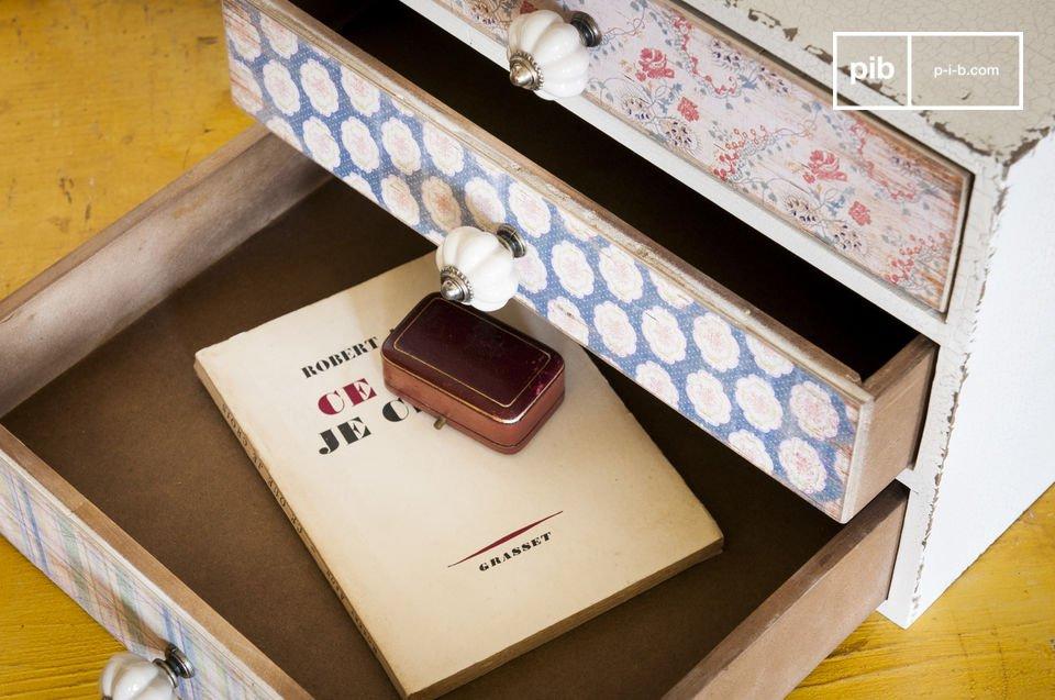 Dieses kleine Möbel besitzt drei verschiedene Schubladen