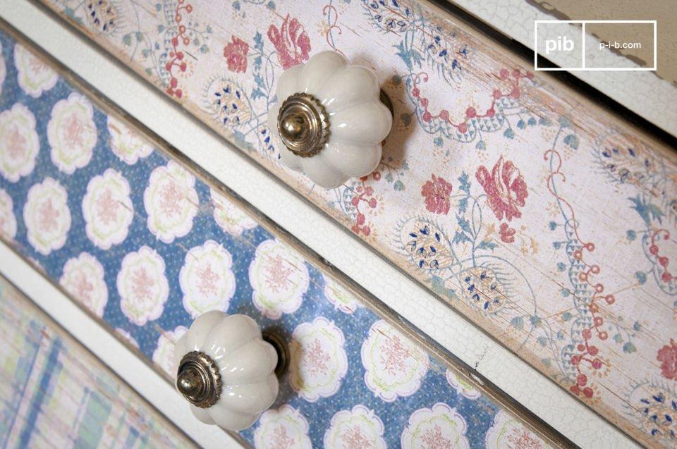 Auf jeder Schublade befindet sich ein kleiner Knopf aus weißem Porzellan mit Messing-Detail
