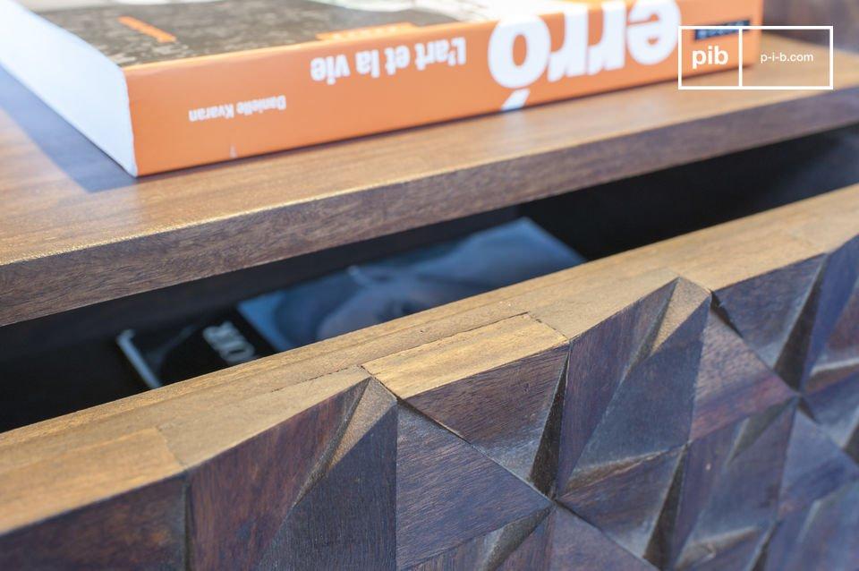 Der Nachttisch Balkis vereint feine Holzbeine und eine Schublade mit geometrischen Reliefs und weist