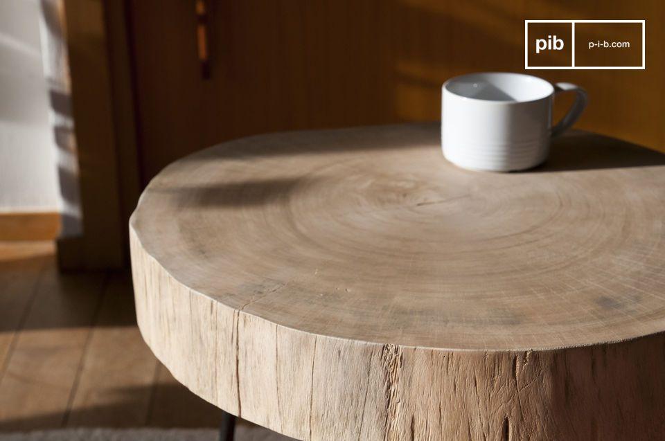 Raues Holz und Metall zu einem einzigartigen Stück Charme vereint