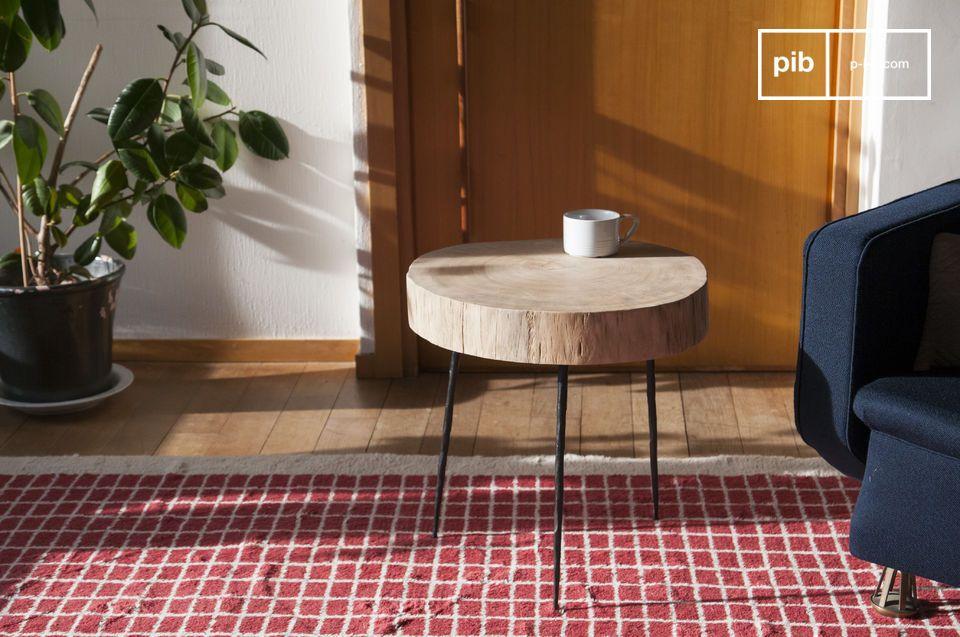 Mit dem Natural Luka Baumstamm Beistelltisch begrüßen Sie die Natur in Ihrem Zuhause! Sein Tablett