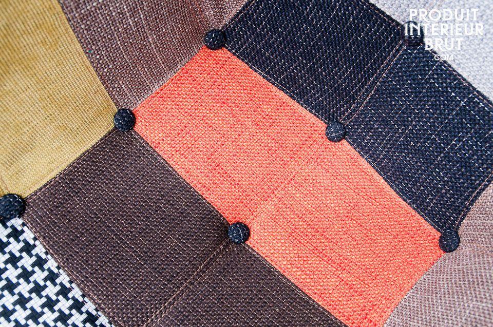 Das robuste Fußgestell aus hellem Eschenholz verleiht dem Patchwork Sessel Eleganz und