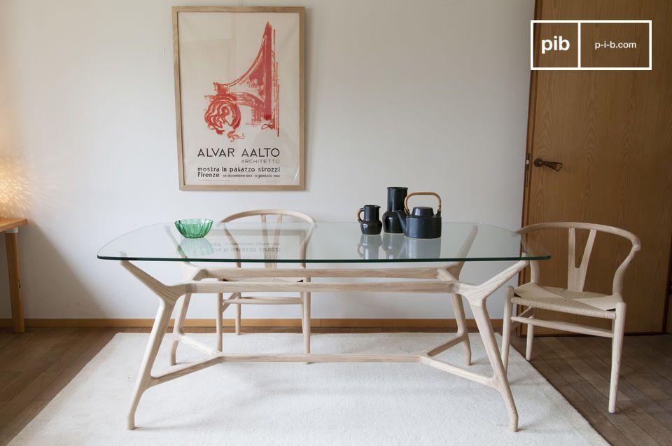 Ein klassischer Esstisch im nordischen Stil aus Glas und klarem Holz.