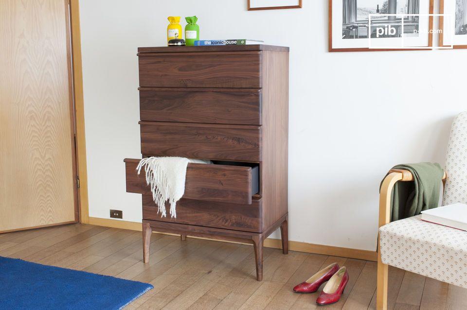 Die Noblesse von Nussbaum wird in diesem Möbelstück noch verstärkt: Die fünfteilige Kommode