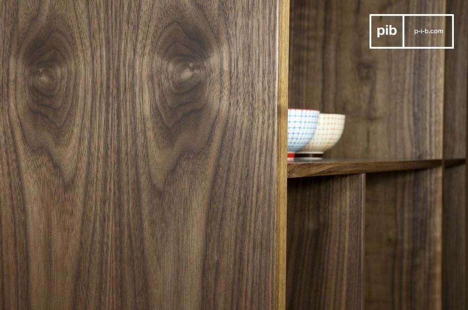 Das Nussholz-Regal ist durch und durch puristisch mit Platten in unterschiedlichen Holzstärken