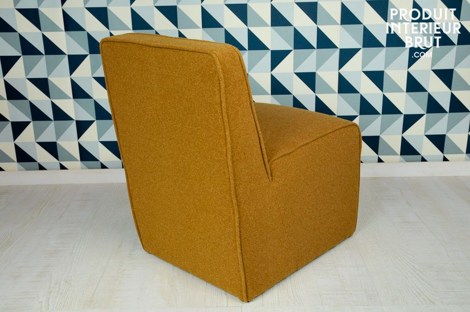 Der ockerfarbene Filz dieses Sessels trägt zum Look der 50er Jahre bei