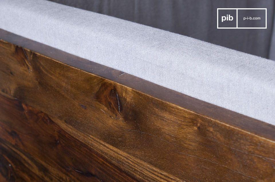 Aus lackiertem Massivholz gefertigt