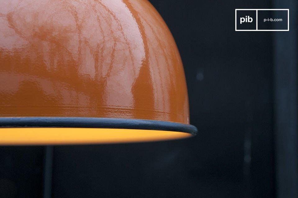 Die wunderschöne orange Verarbeitung der Lampe Snöl lässt jeden Raum hell erleuchten und trägt