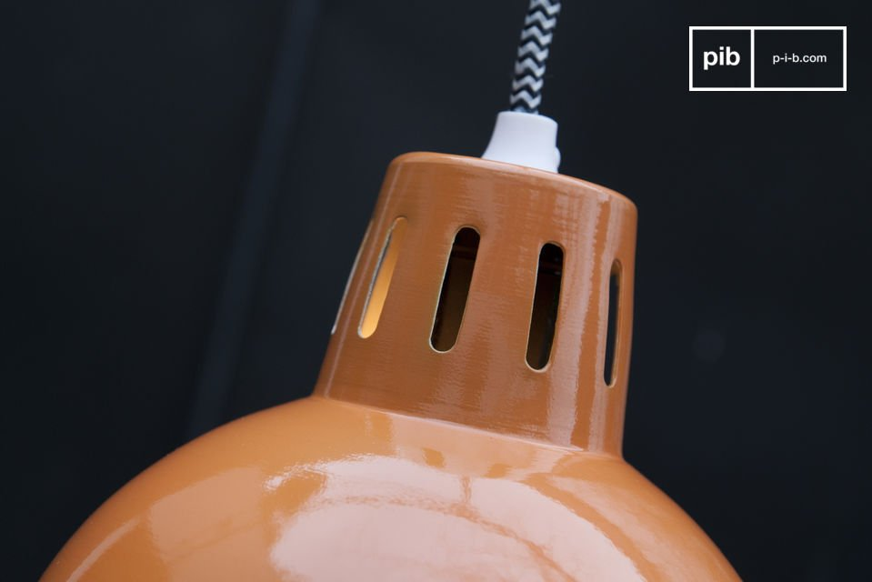 Das Kabel der Lampe hat ein weiß-schwarzes Zick-Zack Muster welches noch zusätzlich zum retro