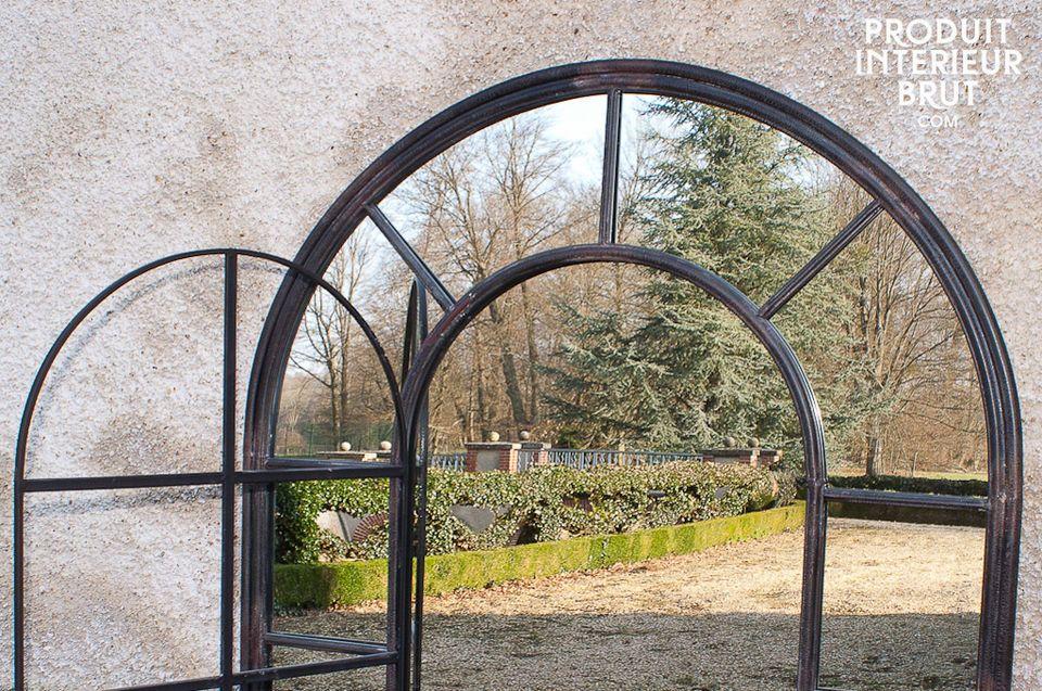 Elegant im Design und roh durch seinen Metallrahmen : dieser  Spiegel im Industriedesign  verfügt