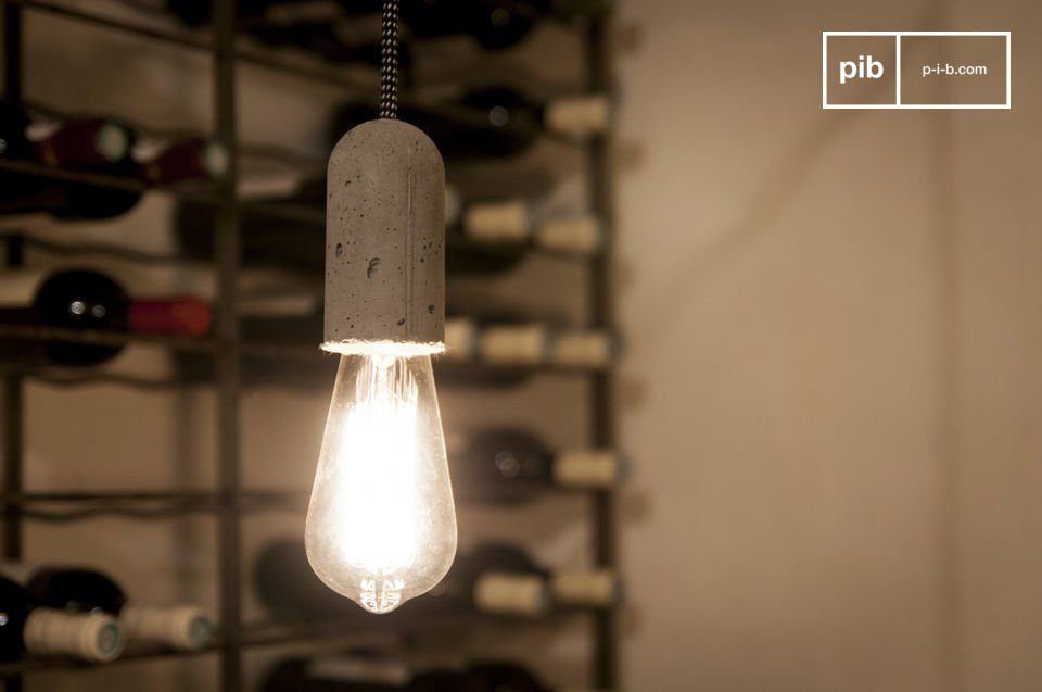 Mit ihrem drei Meter langem Kabel kann  die Leuchte einfach an die Höhe der Decke angepasst werden